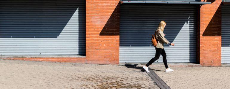 Además de promover la presencia constante de personas en la calle, otro de los aspectos que puede ayudar a generar una mayor sensación de seguridad para las mujeres es el buen mantenimiento y conservación de las calles.